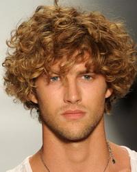 Мужчина с кудрявыми волосами