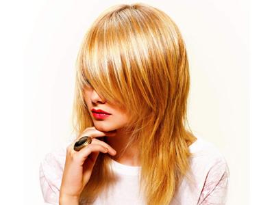 Стрижка на густые волосы средней длины лесенка