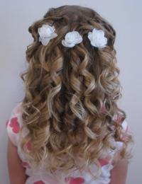 праздничные прически на распущенные волосы девочек