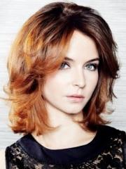 стрижки на волнистые средние волосы с челкой фото