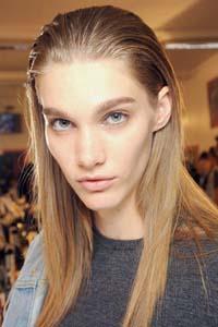 Темные брови и русые волосы