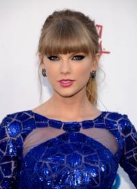 макияж под синее платье Тейлор Свифт