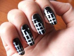 Дизайн ногтей в горошек черно-белый
