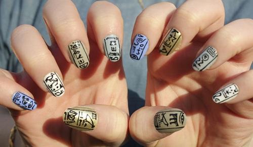 Фото маникюра с иероглифами и сакурой