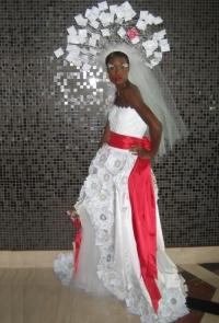 свадебное платье из резиновых перчаток сумела создать британская художница и скульптор Сюзи МакМюррей: для того, чтобы изготовить пышный свадебный наряд